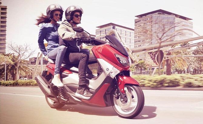 Yamaha NMAX 160 vermelha na cidade